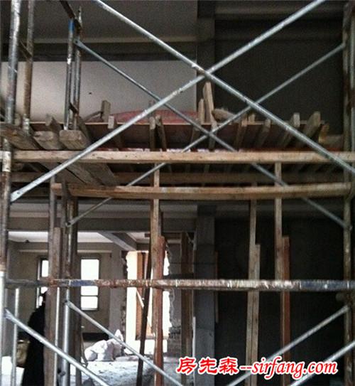 打那么多木架,就是为了做出漂亮的吊顶