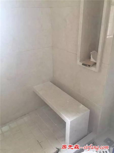 小姨子的淋浴房跟别人大不一样,还有小板凳洗累了坐着歇会