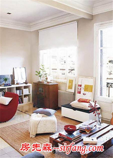 客厅边柜上晶莹剔透的玻璃器皿,既漂亮又实用,使整个空间蕴涵着沉静的气息。  家装饰 淡蓝色条纹的床品抢占了这个空间的大部分视线范围,让卧室看起来非常清新。五彩缤纷的几何图形混搭而成的格子门则安静地守卫在床边,诙谐又具有变化的色调提升了空间的趣味性,也消除了蓝白色调空间造成的冷情感。