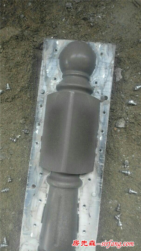 头一次见用混泥土做的楼梯罗马柱,土墩子一样