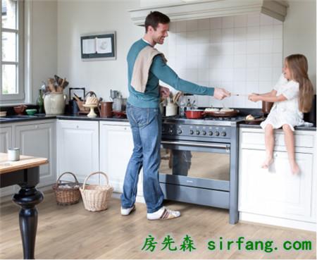得高Quick-Step地板,厨房也可以铺的木地板