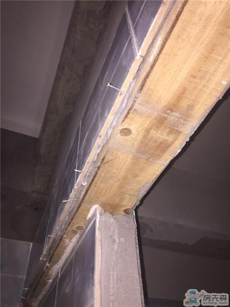 师傅用一块木头就能顶住门头几百块砖头了