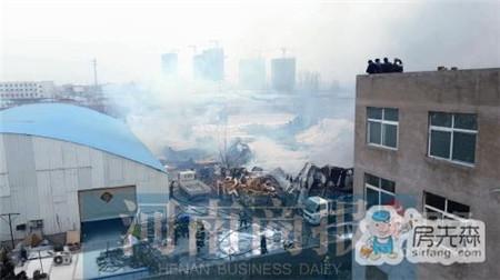 沙发厂着火引燃一仓库 冲突:多名记者遭殴打