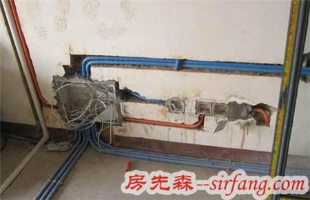 师傅将弱电箱装在鞋柜下面,对这脑回路也是见识了!